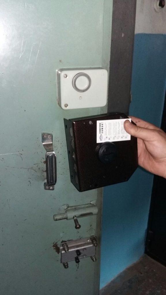 Замена накладного замка на металлической двери