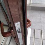 Замена ручек на пластиковой двери в офисе. Клиенты сломали ручку