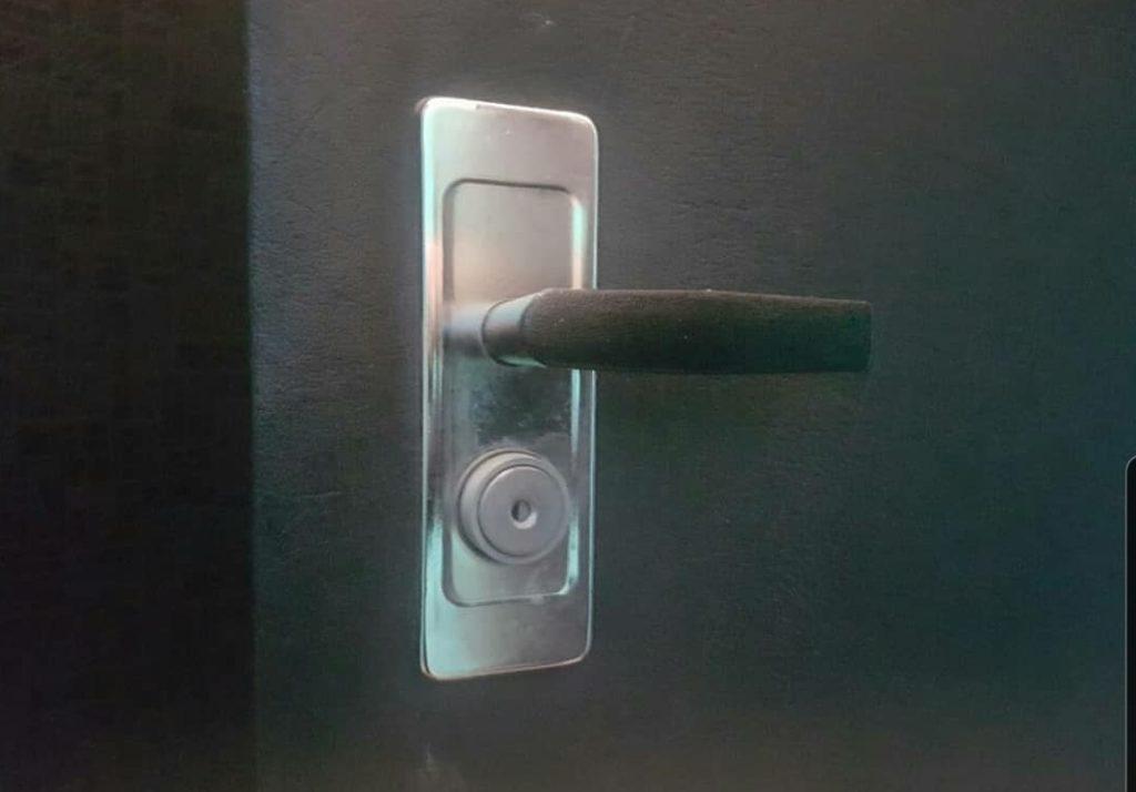 Замена кнопочного механизма замка на евро цилиндр. Дополнительно заменены ручки.