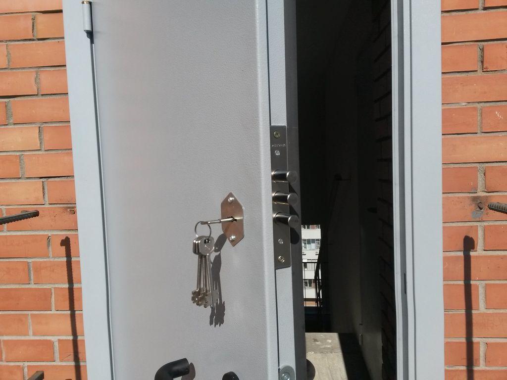 Врезка замка Border в новое место на входной двери в коттедж