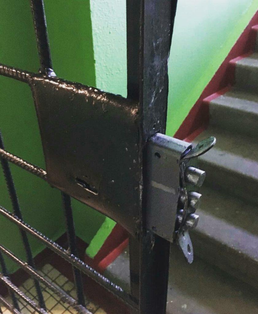 Замена замка на тамбурной двери после вскрытия сотрудниками МЧС