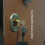 Установка замка и личинки в тамбурной двери